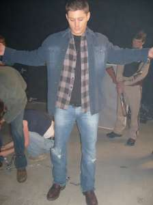 behind-the-scenes-supernatural-jensen-chains